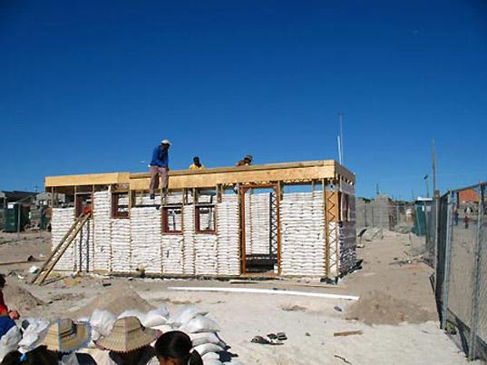 $6,000 EcoBeam sandbag house by MMA Architects