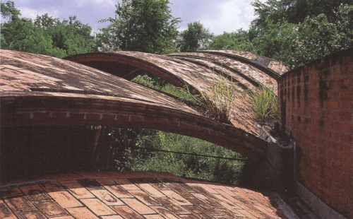 The 'Sustainable Urban Dwelling Unit' (SUDU) uses timbrel vaults, and is constructed with only soil and stone.