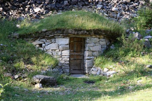 A hut in the Parc des Pyrénées (France), made of stone, with a vegetal roof. (click to enlarge)